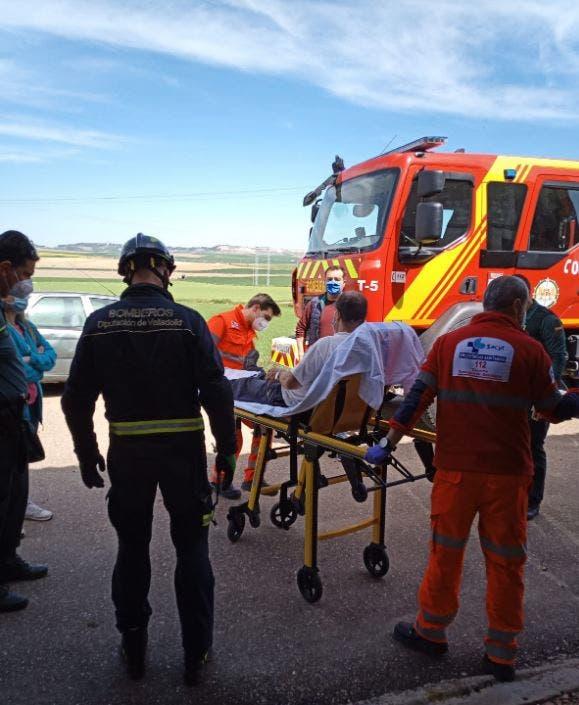 Los Bomberos rescatan a un hombre apresado por un clavo en el tejado de una nave en Villalar