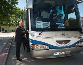Jesús Julio Carnero tomando el bus de la línea 3-B de Medina del Campo a Nava, en Bobadilla.