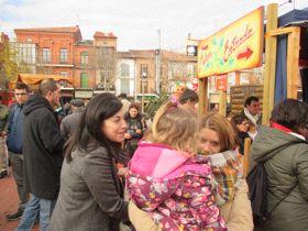 Arenales Serrano, repartiendo propaganda del PP en la Plaza Mayor.