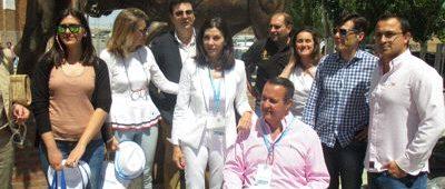 Arenales Serrano y Nacho Tremiño respaldados por concejales y miembros de la comisión gestora del PP local.