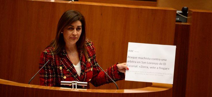 La procuradora por Segovia, Marta Sanz, recuerda al portavoz de Vox ?que coser botones no empodera a las mujeres?