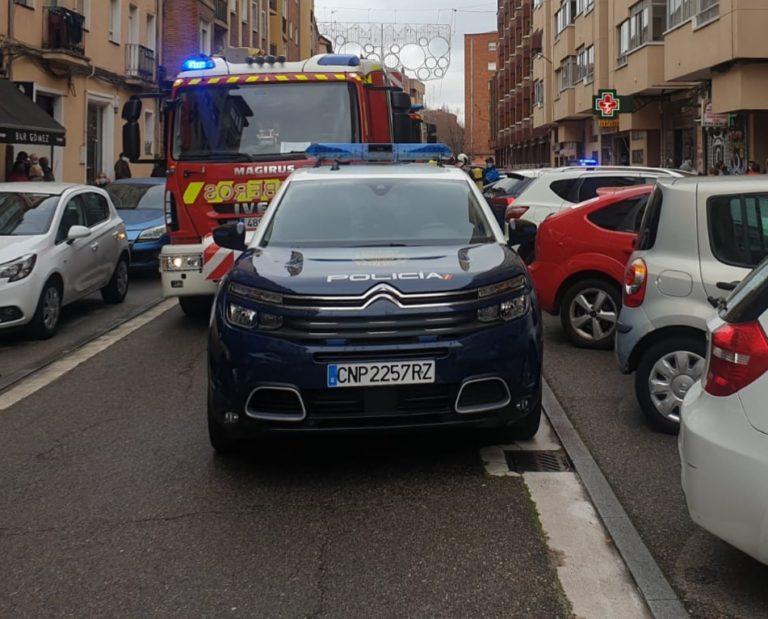 La Policía Nacional rescata a una se?ora de avanzada edad de un incendio en su domicilio
