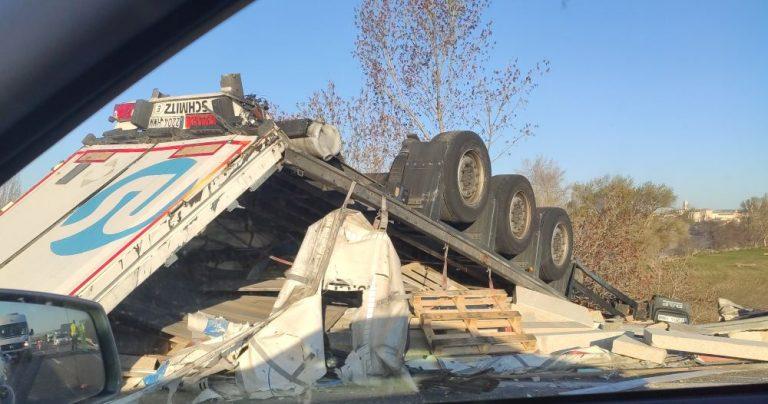 El conductor de un camión resulta herido en un accidente en la A-6 en Tordesillas