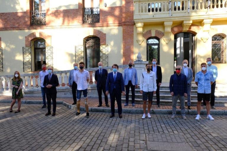 El presidente de la Junta recibe a una representación de deportistas que competirán en los Juegos Olímpicos